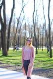 Женщина идя в парк и нося длинный свитер стоковая фотография rf