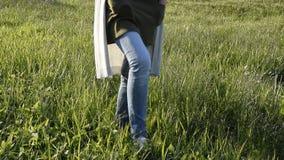 Женщина идя в свежую зеленую траву Ослабляя время сток-видео