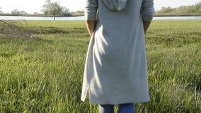 Женщина идя в свежую зеленую траву Ослабляя время акции видеоматериалы