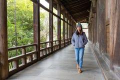 Женщина идя в японский деревянный дом стоковая фотография rf