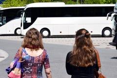 Женщина 2 идя для того чтобы повезти на автобусе стоковые изображения rf