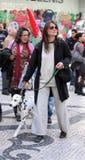 Женщина идя ее собака в улице Стоковое Фото