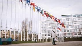 Женщина идя к Совету Европы под флагом России видеоматериал