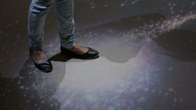Женщина идя на взаимодействующую поверхность космоса