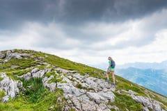 Женщина идя на горную тропу стоковая фотография rf