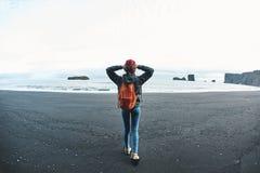Женщина идя на пляж отработанной формовочной смеси Kirkjufjara, южную Исландию Стоковое фото RF