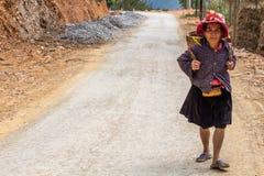 Женщина идя на пылевоздушную дорогу Вьетнам стоковые изображения rf