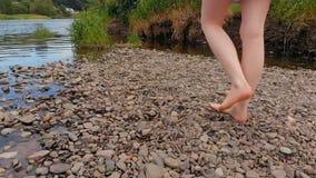 Женщина идя около берега реки видеоматериал