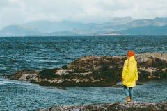Женщина идя самостоятельно на active приключения концепции образа жизни перемещения моря Норвегии отдыхает внешняя сработанность Стоковые Изображения