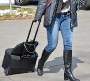 Женщина идя с багажом Стоковое фото RF