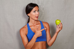 Женщина лижа его губы и указывая к яблоку Стоковое Изображение RF