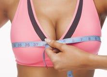 Женщина измеряет бюст стоковые изображения rf
