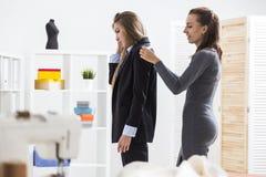 Женщина измеряет плеча ` s клиента Стоковое Изображение RF