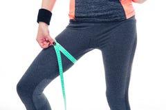 Женщина измеряя ее окружность бедренной кости с лентой Стоковые Фото