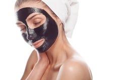 Женщина изнеживая кожу стороны стоковые изображения