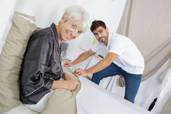 Женщина изображения старшая и молодой человек стоковая фотография