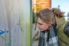 Женщина изучает маршрутную карту стоковые изображения