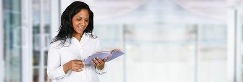 Женщина изучая библию Стоковые Изображения