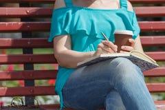 Женщина изучая и писать в парке Стоковое фото RF