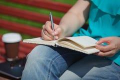 Женщина изучая и писать в парке Стоковые Фотографии RF