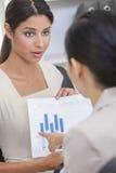 Женщина или коммерсантка в встрече с диаграммой Стоковые Изображения