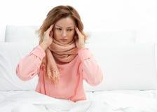 Женщина имеет лихорадку, грипп и головную боль Стоковые Фото