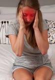 Женщина имеет мигрень головной боли Стоковое Фото