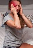Женщина имеет мигрень головной боли Стоковое Изображение RF