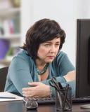 Женщина имеет некоторые новости фальшивки чтения тревоги стоковая фотография rf