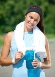 Женщина имеет остальные после jogging стоковое изображение