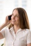 Женщина имеет приятный переговор на мобильном телефоне стоковое изображение rf