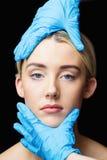 Женщина имеет рассмотрение ее кожи перед впрыской botox Стоковое Изображение