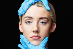 Женщина имеет рассмотрение ее кожи перед впрыской botox Стоковая Фотография RF