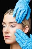 Женщина имеет рассмотрение ее кожи перед впрыской botox Стоковое фото RF