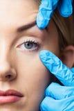 Женщина имеет рассмотрение ее кожи перед впрыской botox Стоковое Изображение RF