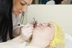 Женщина имеет электрическую внимательность кожи Стоковое фото RF