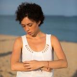 Женщина имея аллергию солнца Стоковые Изображения