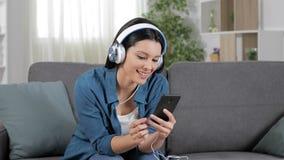 Женщина имея видео- звонок по телефону дома сток-видео