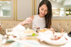 Женщина имея еду в ресторане Стоковые Изображения