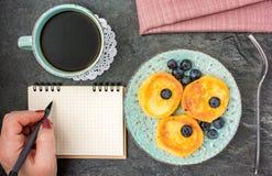 Женщина имея завтрак с блинчиком сыра Взгляд сверху стоковое фото rf