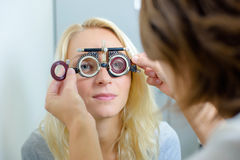 Женщина имея зрение быть проверенным Стоковое Фото