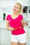 Женщина имея измеряя ленту вокруг ее талии стоковое фото rf