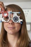 Женщина имея испытание визирования на Optometrist стоковое изображение rf