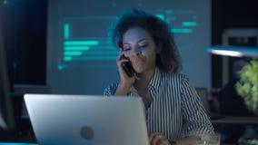 Женщина имея кофе и говоря телефон сток-видео
