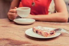 Женщина имея кофе и торт Стоковые Изображения RF