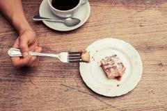 Женщина имея кофе и торт Стоковая Фотография RF