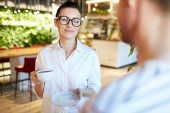 Женщина имея кофе с человеком стоковая фотография