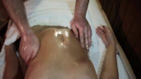 Женщина имея массаж брюшка видеоматериал