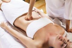 Женщина имея массаж брюшка стоковое фото