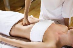 Женщина имея массаж брюшка стоковые фото